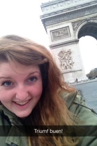 Henriette tar en selfie med Triumfbuen